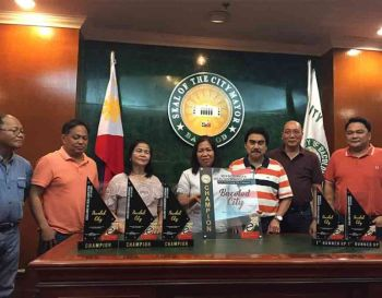 BACOLOD. Department of Interior and Local Government (DILG)-Bacolod head Maredith Madayag (center) presents the trophies to the Bacolod City officials led by Mayor Evelio Leonardia, Vice Mayor El Cid Familiaran, Congressman Greg Gasataya and the city councilors as the overall Best Performing Local Government Unit-City Category in the Western Visayas with the five special awards as Champion- Excellence in Local Legislation, Champion- Excellence in Administrative Governance, Champion- Excellence in Environment Governance. 1st runner-up- Excellence in Social Governance, and 1st runner up-Excellence in Economic Governance at the Bacolod Government Center Thursday, December 5, 2019. (Photo by Merlinda A. Pedrosa)