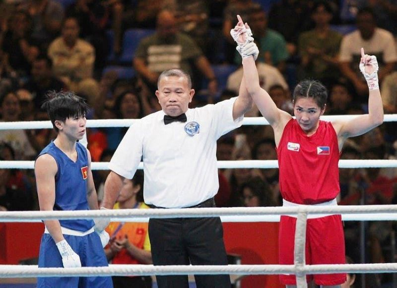 DAOG. Pormal nga giroklamar nga mananaog si Josie Gabuco, (tuo) batok Thi Diem Kieu sa Vietnam, 5-0, sa women's light flyweight division. (Hulagway gikan sa SEA Games official Facebook page)