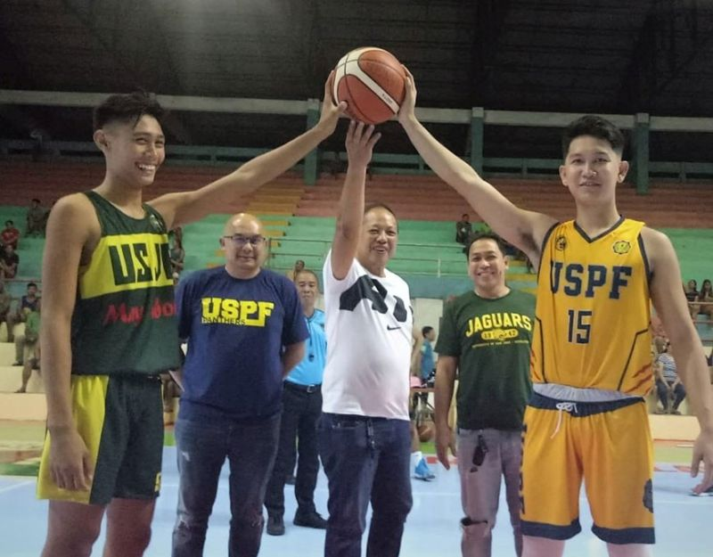 The ceremonial toss to mark the opening of the 2019 Minglanilla Mayor's Cup Inter-Collegiate Christmas League is presided over by Minglanilla municipal administrator, Concordio Mejias. (Jun Migallen)
