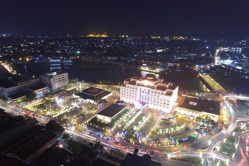 As the Christmas lights display at the Iloilo Provincial Capitol Complex draw huge crowd, the Provincial Government has set rules to promote safety and order. Iloilo Governor Arthur Defensor Jr. said vendors, food, and smoking will no longer be allowed inside the complex. (Leo Solinap)
