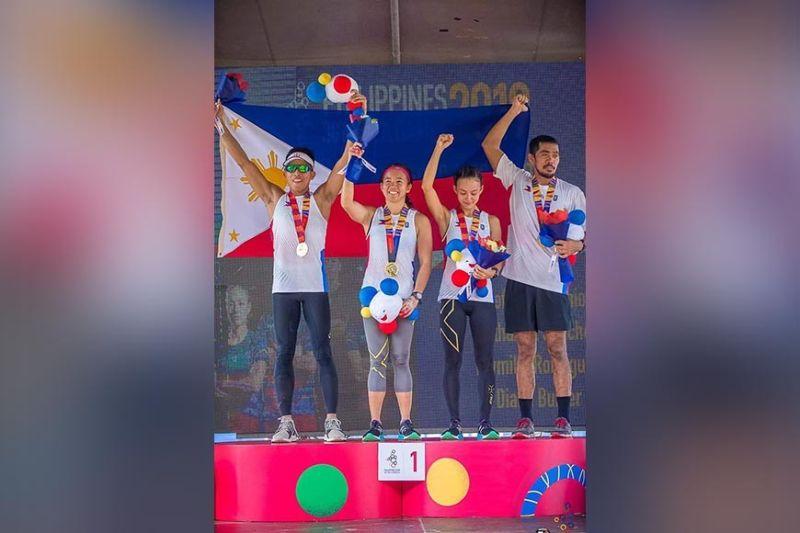 CHAMPION TEAM. Miyembro sa Philippines' mixed team relay 400Mx12 obstacle course midawat sa ilang gold medals atol sa awarding program sa Filinvest City, Alabang. (Lin Javier photo)