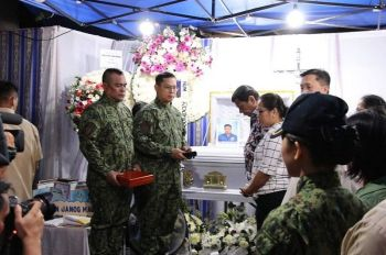 CAGAYAN DE ORO. Si Presidente Rodrigo Roa Duterte mibista sa haya ni Police Senior Master Sergeant Jason Magno sa Initao, Misamis Oriental niadtong gabii sa Huwebes, Disyembre 5. (RPIO-PRO)