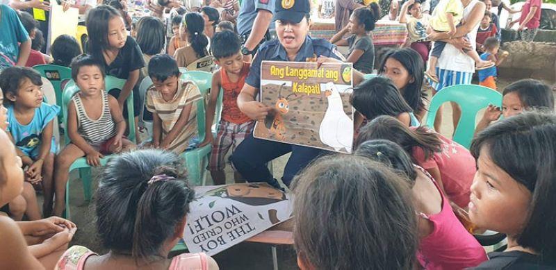 CAGAYAN DE ORO. Gitudloan og basa kining mga bata atol sa paglusad sa mobile library
