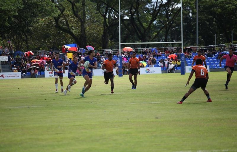 TARLAC. The Philippine Volcanoes caught in action during the intense Rugby 7s match against Malaysia in the Clark parade grounds. (CDC-CommDep)