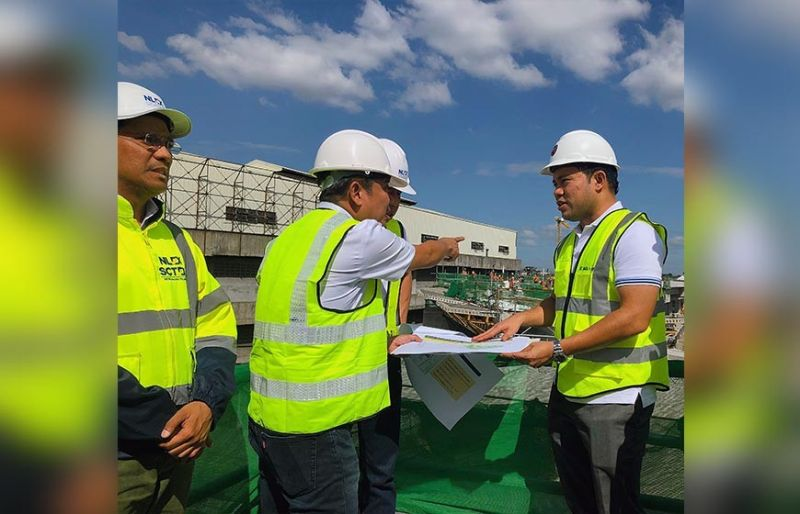 PAMPANGA. Public Works Secretary Mark Villar inspects the ongoing construction of the North Luzon Expressway (NLEX) Harbor Link (R10 Section) in Malabon City. With him are NLEX vice president for Project Management Fernando Autor, NLEX Corp chief operating officer Raul Ignacio, Department of Public Works and Highways-Public Private Partnership Director Alex Bote. (Charlene A. Cayabyab)