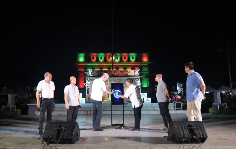 DICT-Western Visayas Officer-In-Charge Regional Director Mar Cunado (third from right) and Governor Eugenio Jose Lacson (third from left) with other provincial government officials during the launching of the Free WiFi for All Program at the Capitol Grounds in Bacolod City yesterday. (Photo courtesy of Richard Malihan)