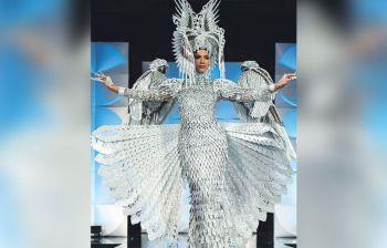 NATIONAL COSTUME: Wa man tuod madaug ni Gazini Ganados sa Pilipinas ang korona sa pagka Miss Universe 2019, siya ang nakaangkon sa Best National Costume apan nasaypan pa pagtawag. Unsang pagkahitaboa? Basaha sa pahina 11. (AP photo)