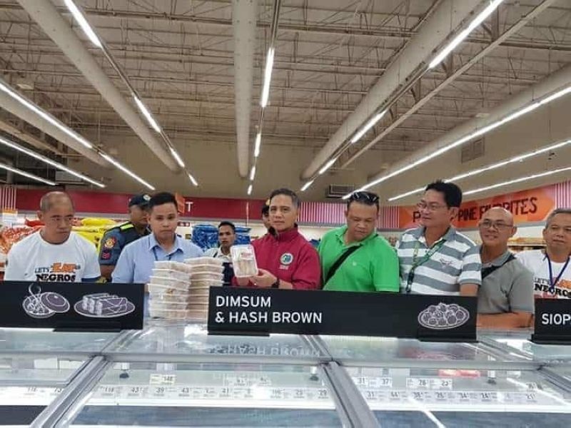 PROVINCEWIDE INSPECTION. In accordance with the Provincial Ordinance No. 2019-024 or the ASF Prevention Ordinance of Negros Occidental, simultaneous monitoring and inspection of supermarkets, grocery stores and similar establishments in the province were conducted by the Provincial ASF Task Force headed by co-chair Provincial Veterinarian Renante Decena (third from left) yesterday.