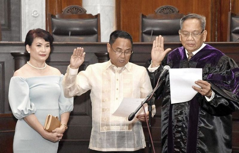 OATH OF OFFICE. Supreme Court Associate Justice Edgardo delos Santos takes his oath of office before Chief Justice Diosdado Peralta in the presence of his wife Maribel.