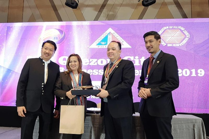 PARTNERS. Mandaue Chamber of Commerce and Industry (MCCI) president Stanley Go (second from right) and Philippine Chamber of Commerce and Industry-Quezon City president Sarah Deloraya-Mateo (second from left) during the signing of the chamber sisterhood agreement. With them, are MCCI representatives Jonathan Gesalem (left), and Kellie Ko (right). (Contributed photo)