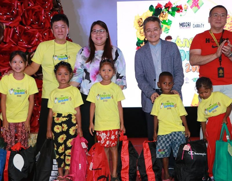 PAMPANGA. (From left) Midori Hotel Clark General Manager Vic Chan, Philippine Business Group GM Jerry Kang, VP for Legal Affairs Atty. Sheryl Centeno and Midori Casino GM Manny Aure led yesterday's Angels Dream 4  gift giving to 50 children coming from different public schools in Angeles and Mabalacat Cities. (Chris Navarro)