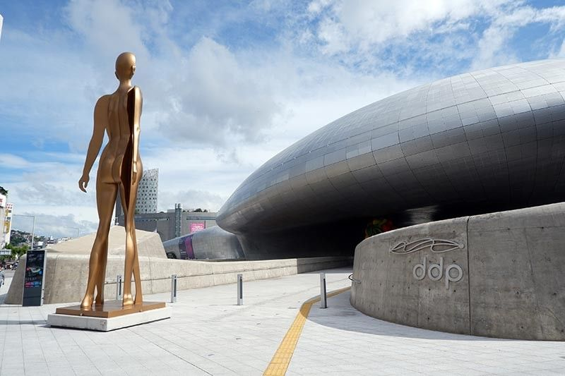KOREA. Dongdaemun Design Plaza, a landmark in the district. (Jinggoy I. Salvador)