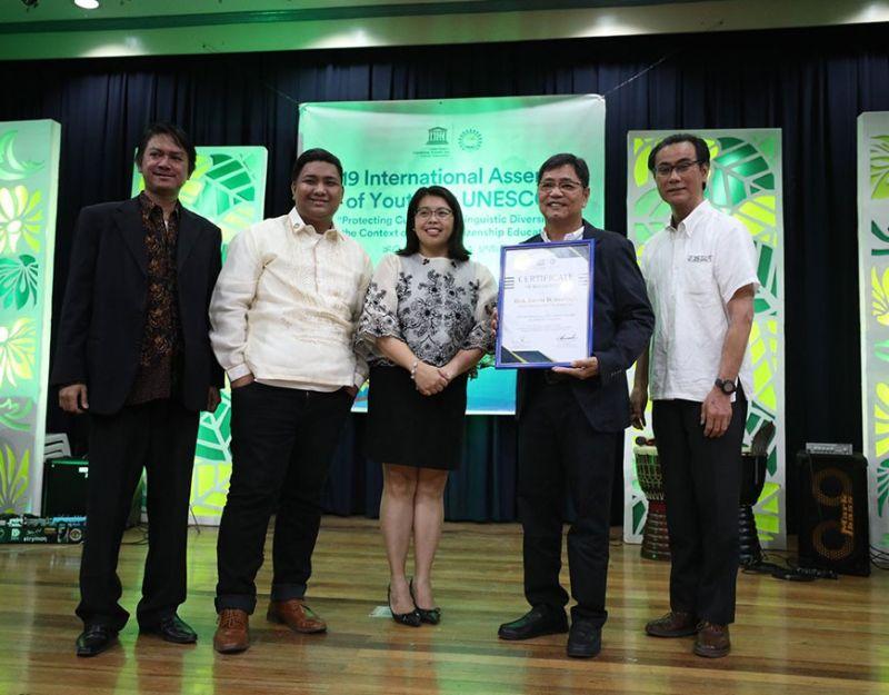 PAMPANGA. City of San Fernando Mayor Edwin Santiago receives the recognition as