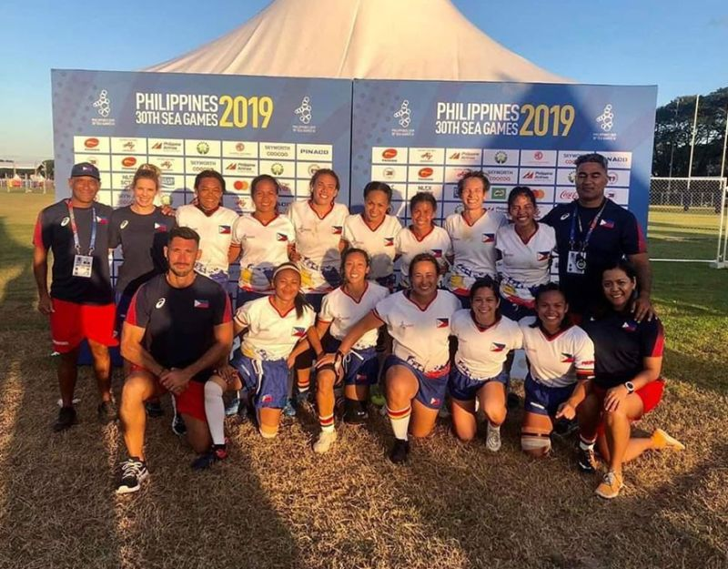 Ang Philippine Lady Volcanoes nga miangkon sa silver medal sa 30th Southeast Asian (SEA) Games women's rugby football competition sa Clark Parade Grounds. (Philippine Rugby-Philippine Volcanoes Facebook)