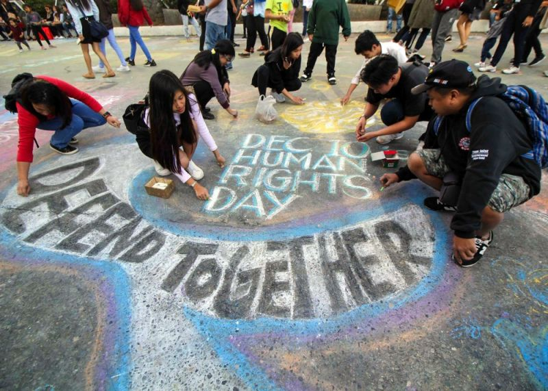 "BAGUIO. Dapayan ti Kultura iti Cordillera (DKK), Sulong Visual Artists, Cordillera Peoples Alliance (CPA) with some students use their talents to send a message ""Defend Press Freedom"" on Sunday, chalk art day at the closed portion of Session Road. (Photo by Jean Nicole Cortes)"