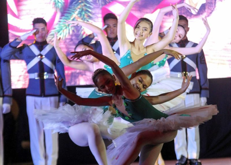 """BAGUIO. Philippine Military Academy (PMA) cadets and Ballet Baguio perform """"The Nutcracker,"""" capturing the hearts of hundreds of audience at the Rose Garden Sunday evening as part of the 'An enchanting Baguio Christmas' celebration. (Photo by Jean Nicole Cortes)"""