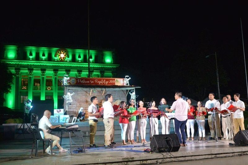 BACOLOD. Enjoy the Christmassy atmosphere at the Provincial Capitol Park with the launching of the Paskua sa Kapitolyo and the initialization of the free Wi-Fi service at the Capitol grounds. (Photo by Richard Malihan, Provincial Capitol PIO)