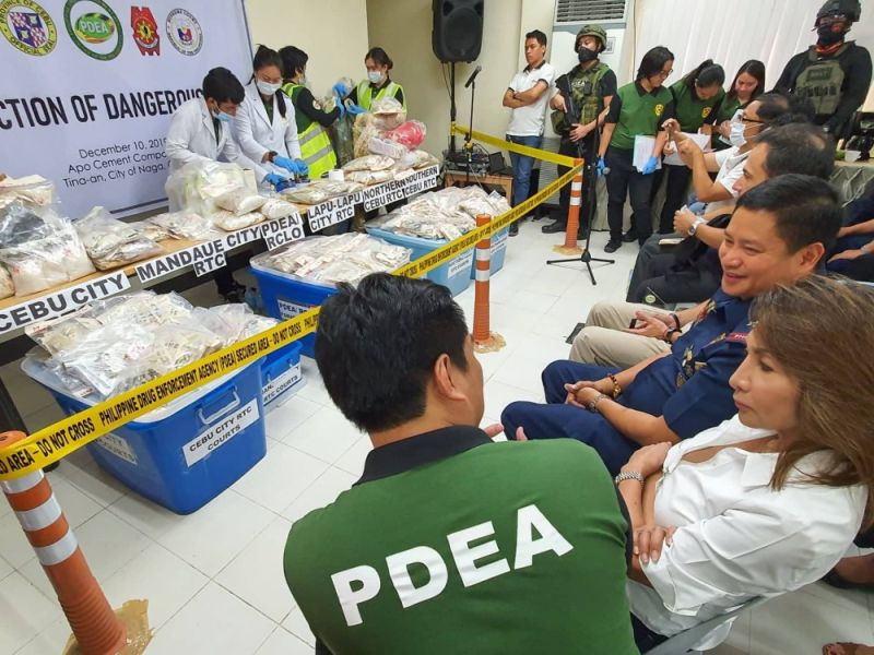 COLOR TEST. PDEA 7 chemists conduct a presumptive analysis of the authenticity of dangerous drugs through a color test, witnessed by (from left) PDEA 7 Chief Director Wardley Getalla, Cebu Gov. Gwendolyn Garcia and Police Regional Office 7 Director Brig. Gen. Valeriano de Leon. (SunStar photo / Arni Aclao)