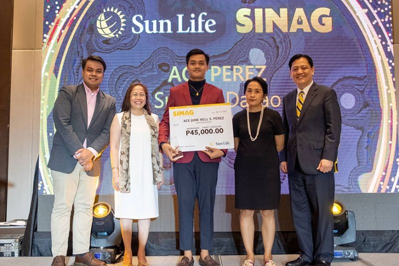 SunStar Davao's social media strategist and editor Ace June Rell S. Perez receives the Sinag Award yesterday morning.