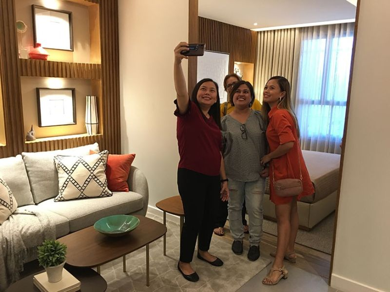 Bloggers take a groufie inside one of the model units of The Paragon Davao in its newly-opened showroom at the Sutherland Compound in Quirino Avenue on Wednesday, December 11. (Photo by Roberto A. Gumba Jr.)