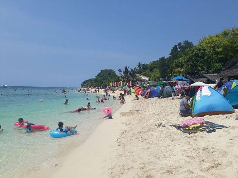 MOALBOAL BEACH: Ang beach sa lungsod sa Moalboal puno sa daghang bakasyonista labina panahon sa summer. (SunStar File Photo)