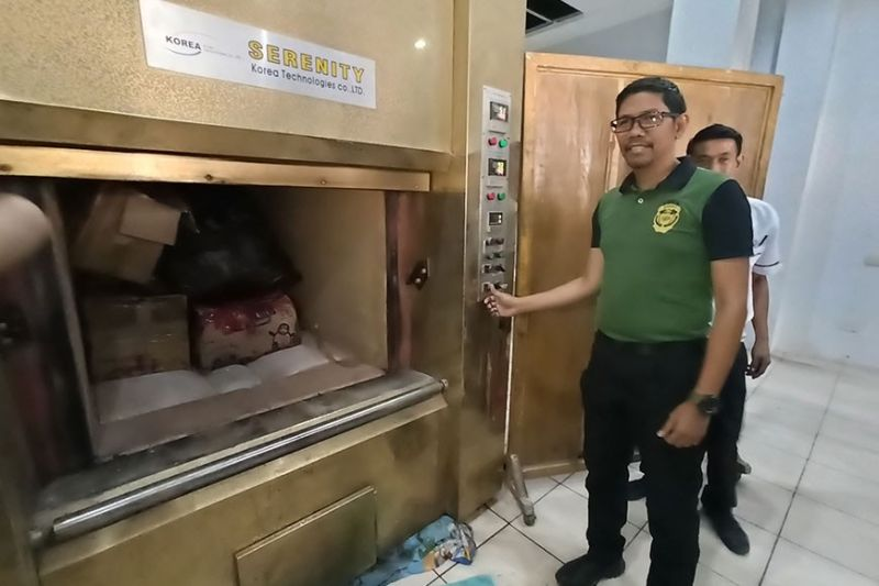 ILOILO. Philippine Drug Enforcement Agency-Western Visayas Chief Alex Tablate leads the destruction of shabu, marijuana dried leaves, seeds and fully-grown plants, as well as expired medicines surrendered by pharmaceuticals and hospitals through thermal incineration on Thursday, December 12, 2019 at the Gegato-Abecia Crematorium Inc., Barangay Balabago, Jaro, Iloilo City. (Leo Solinap)
