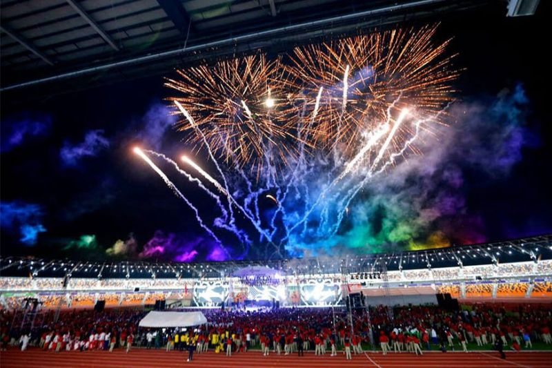 Mga atleta ug misaksi nalingaw sa fireworks display atol sa pagtapos sa 30th South East Asian Games sa New Clark City, Tarlac province, Disyemebre 11. (AP)