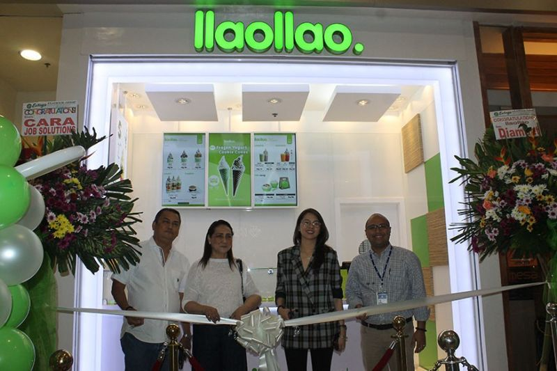 PAMPANGA. Businessman Raul Aquino and wife together with SM Regional Operations Manager Andrea Madlambayan and SM City Pampanga Mall Manager Aaron Montenegro prepare to cut the ribbon of IIaoIIao. (Jovi T. De Leon)