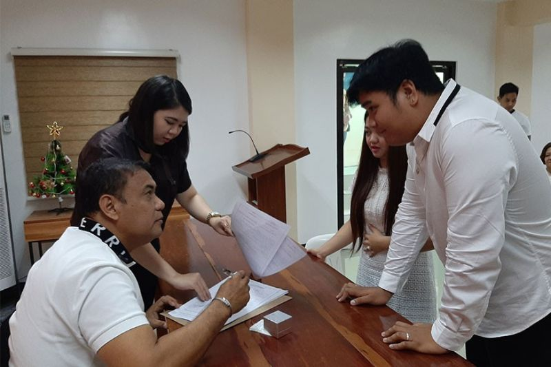 PAMPANGA. Masantol Mayor Danilo Guintu attends to his duties as local chief executive after serving his 90-day suspension order. (Princess Clea Arcellaz)
