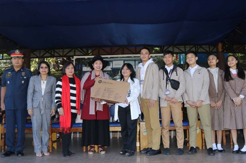 BAGUIO. Mount Carmel Montessori Directress and Police Regional Office Cordillera (PRO-COR) Advisory Council member Donna Digna Soriano (fourth from left) donates a computer to a teacher and students of one of five Benguet schools during the December 9 flag raising ceremony at Camp Bado Dangwa. Joining them in photo are PRO-COR deputy director for operation Police Colonel Maffy Baltazar and National Police Commission Cordillera (Napolcom) (first and second from left). (PRO-COR PIO photo)