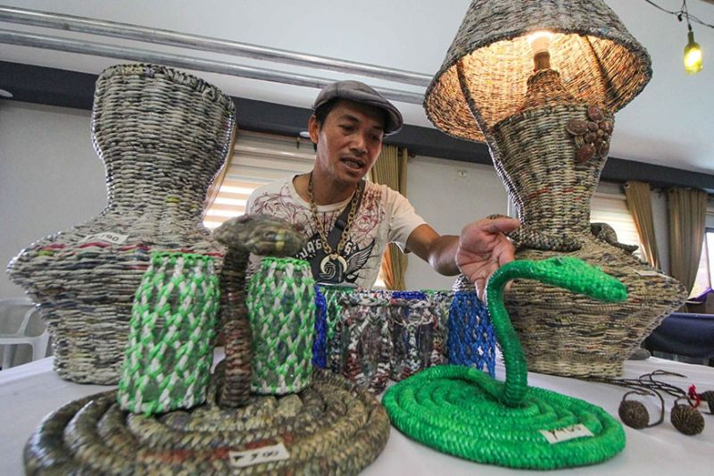 BAGUIO. Eric Arguelles makes a living by creating art pieces from recycled materials. Here, he shows some of his crafts displayed at the YMCA Design Museum which can be viewed by the public until December 15. (Photo by Jean Nicole Cortes)