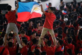 TARLAC. Spectators hold Philippines national flag during closing ceremony at the 30th Southeast Asian Games at New Clark City, Tarlac on Wednesday December 11, 2019. (AP)