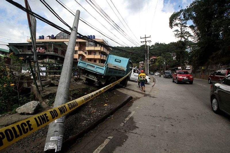 BAGUIO. A police line is placed along Camp 7, Kennon Road after an unfortunate incident involving the blue truck and a teen on Saturday morning, December 7. (Jean Nicole Cortes)