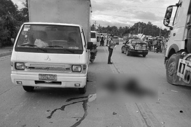 DAVAO. Nagbuy-od nga wala nay kinabuhi ang traffic enforcer sa Davao City Transport and Traffic Management Office (CTTMO) human matapsingan sa naghaguros nga sakyanan sa pulis niadtong Martes sa hapon, Disyembre 10, didto sa bypass road sa Ma-a, Davao City. (Hulagway gikan sa DCPO)