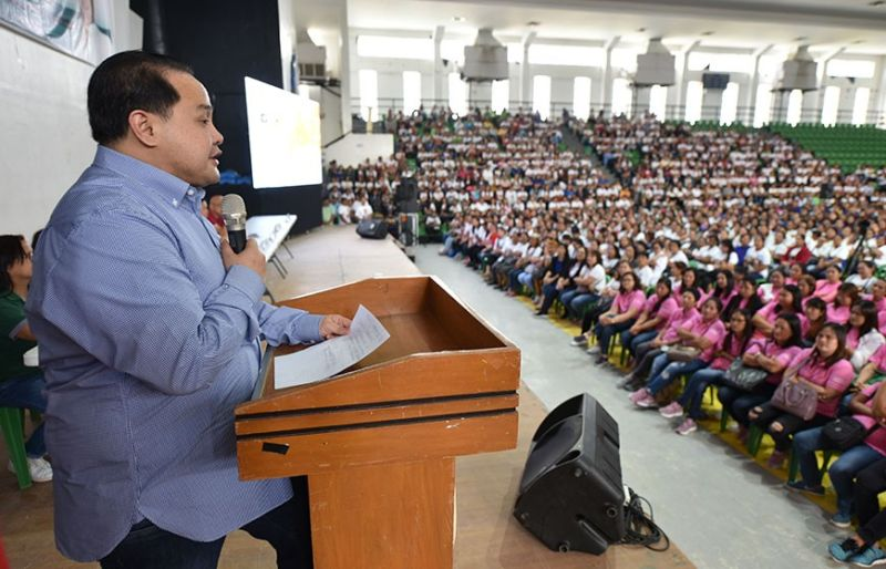 "DELTA HEALTH CARE. Governor Dennis ""Delta"" Pineda discusses ""Alagang Nanay: Health Care Delta"" with some 2,107 Nanay Community Workers on Thursday at the Bren Z. Guiao Convention Center (Jun Jaso/Pampanga PIO)"