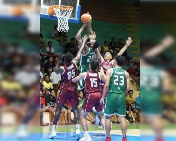 CEBU. Ang import sa UV Lancers nga si Lass Coulibally nga nakaitsa taliwala nag-alirong nga depensa sa SWU-Phinma Cobras nga naglakip ni Thiam Lamine (wala) niining aktoha atol sa ilang knockout match sa 2019 Minglanilla Mayor's Cup Inter-collegiate Christmas League, Huwebes, Disyembre 12, sa Minglanilla Sports Complex. (Hulagway kuha ni Jun Migallen)