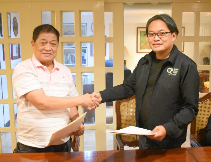DAVAO. Dean Eugenio S. Guhao, Jr. (left) shakes hand with Ronaldo Rivera of the City Anti-Drug Abuse Council after the recent signing of the memorandum of agreement (MOA). (Dexter Bagnol)