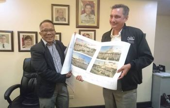 CEBU NATIONAL MUSEUM. National Museum of the Philippines (NMP) director-general Jeremy Barns (right) with Cebu Port Authority (CPA) vice chairman and general manager Leonilo Miole (left) present an architectural perspective for the new museum after CPA and NMP signed the usufruct deed. (SunStar photo / USJ-R Journalism Intern Mae Fhel Gom-os)