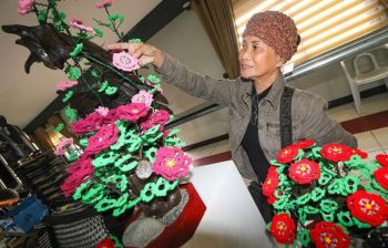 BAGUIO. Ludivina Supanga, a nature lover whose hobby is to recycle/upcycle pull rings from cans and cover them with crochet to make coin purse and bags. Her work is featured at the YMCA Design Museum which can be viewed by the public until December 15. (Photo by Jean Nicole Cortes)