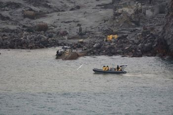 NEW ZEALAND. This photo released by the New Zealand Defence Force shows an operation to recover bodies from White Island after a volcanic eruption in Whakatane, New Zealand on Friday, December 13. A team of eight New Zealand military specialists landed on White Island early Friday to retrieve the bodies of victims after the December 9 eruption. (AP)