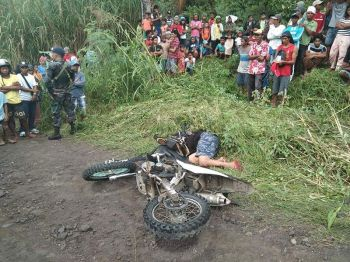 DAVAO. Dead on the spot ang kapitan samtang gidala sa ospital ang angkas nga asawa, apan namatay ra sab human sila pamusila sa wa mailhing mamumuno didto sa Purok Mundo Hills, Sitio Quarry, Marilog District, siyudad sa Davao, kagahapon sa buntag. (Hulagway gipaambit sa Davao City Police Office)