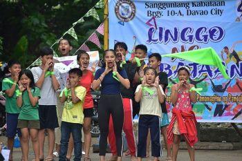 DAVAO. Perting shagit sa mga batan-on sa Barangay 10-A, Davao City atol sa ilang cheering competition niadtong Sabado, Disyembre 14, atol sa Linggo ng Kabataan sa ilang barangay. (Macky Lim)