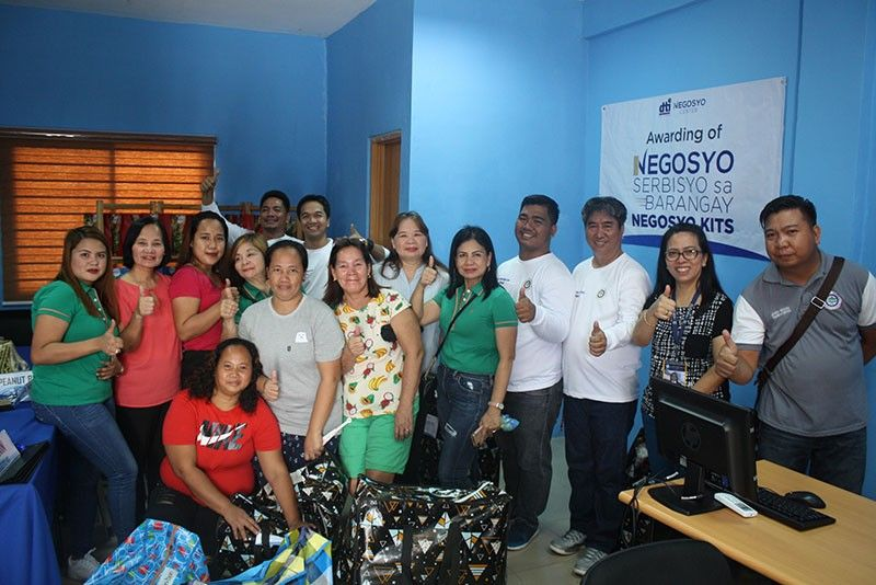 NEGOSYO CENTER. Sasmuan Vice Mayor Anney Angeles, DTI-Central Luzon director Judith Angeles, DOST Pampanga provincial director Michelle Quiambao, DTI Pampanga provincial director Elenita Ordonio and other local officials led the opening of the Negosyo Center and the distribution of the livelihood starter packs held at Santa Lucia, Sasmuan, Pampanga. (Photo courtesy of Warren Serrano/DTI-Central Luzon)