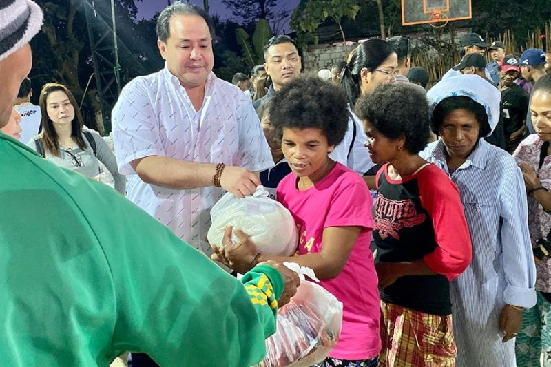 "PAMPANGA. Governor Dennis ""Delta"" Pineda leads the distribution of goods to indigenous people in Floridablanca town. Also assisting him is Angie Blanco, Provincial Disaster Risk Reduction and Management Office. (Photo contributed by PDRRMO)"