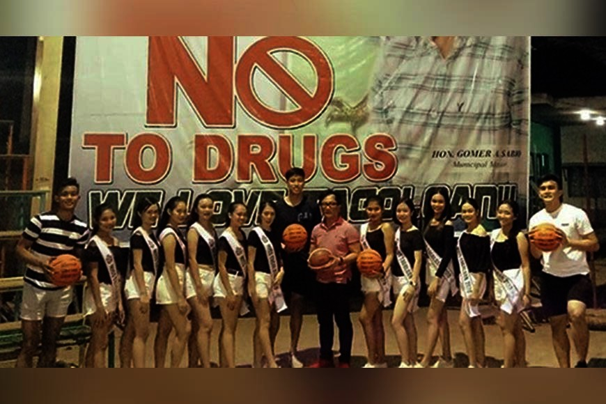 """TAGOLOAN. Top collegiate players strike a pose with Mayor Gomer """"Enan"""" Sabio and the Tagoloan beauties prior to December 17 opening of the cash-rich invitational basketball tourney at the 4,000-seater Tagoloan Dome in Misamis Oriental. (Contributed photo)"""