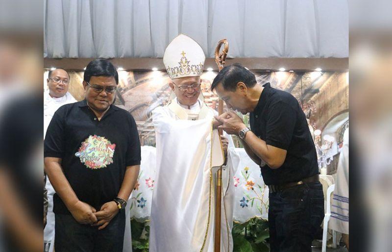 MITAMBONG: Mga opisyal ug kawani sa Cebu City nga gipangulohan nila ni Mayor Edgardo Labella (wala) ug Bise Mayor Michael Rama mingtambong sa unang Misa de Gallo nga gidumala ni Cebu Archbishop Jose Palma (tunga) sa merkado publiko sa Carbon. (Amper Campaña)