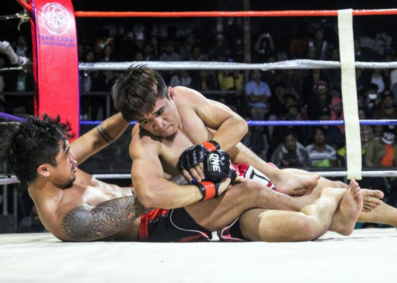 BENGUET. After several years of absence, Delfin Nawen returns with a flare scoring a rear naked choke win against Mhel Clinton Remolar in the main event of Team Lakay Championship 17 dubbed Adivay Explosion during the weekend at the jam packed Benguet Multi-purpose Gym. (Photo by Jean Nicole Cortes)
