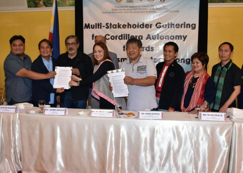 BAGUIO. Regional Development Council officials led by chairperson Abra Governor Ma. Jocelyn Bernos turns over the manifesto of support to the pursuit of Cordillera regional autonomy of the RDC and other local government units and organizations in the region to the Cordillera Congressmen namely Maximo Dalog Jr. of Mountain Province, Allen Jesse Mangaoang of Kalinga and Solomon Chungalao of Ifugao; and to the Presidential Legislative Liaison Office led by Usec. Gerard Salapantan during the Multi-Stakeholders Gathering for Cordillera Autonomy towards Federalism / Charter Change on Thursday in Baguio City. (Photo by Redjie Melvic Cawis)