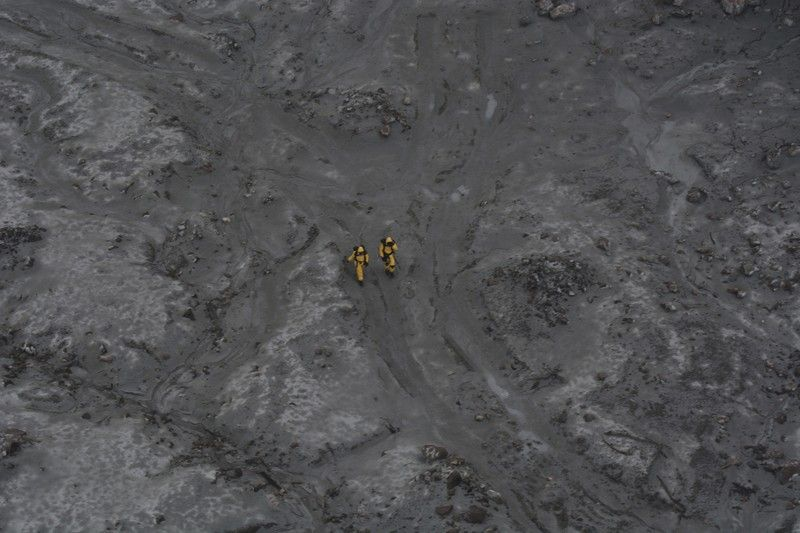 NEW ZEALAND. This photo released by the New Zealand Defence Force shows an operation to recover bodies from White Island after a volcanic eruption in Whakatane, New Zealand, Friday, December 13, 2019. A team of eight New Zealand military specialists landed on White Island early Friday to retrieve the bodies of victims after the December 9 eruption. (AP)