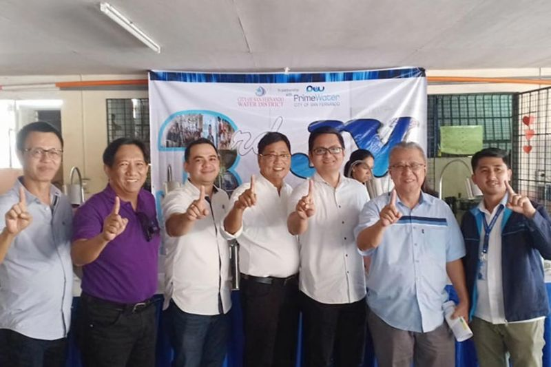 "PAMPANGA. City of San Fernando Water District general manager Jorge Gumba and PrimeWater branch manager Jan Canlas, CSFWD chairman Fer Caylao, lawyer Cesar Ong Marnellie Bautista and Mayor Edwin Santiago flash the ""Fernandino First"" sign during the anniversary of the signing of the joint venture (JV) agreement. (Ian Ocampo Flora)"